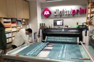Mitarbeiter beschäftigt mit Bannerdruck in Druckerei in Düsseldorf